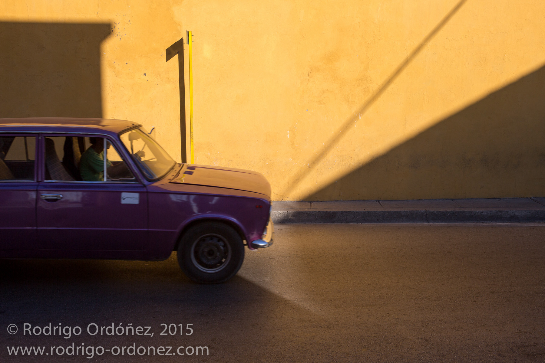 A car drives through the streets of Santiago de Cuba, Cuba, on December 25, 2014. (Photo: Rodrigo Ordóñez)